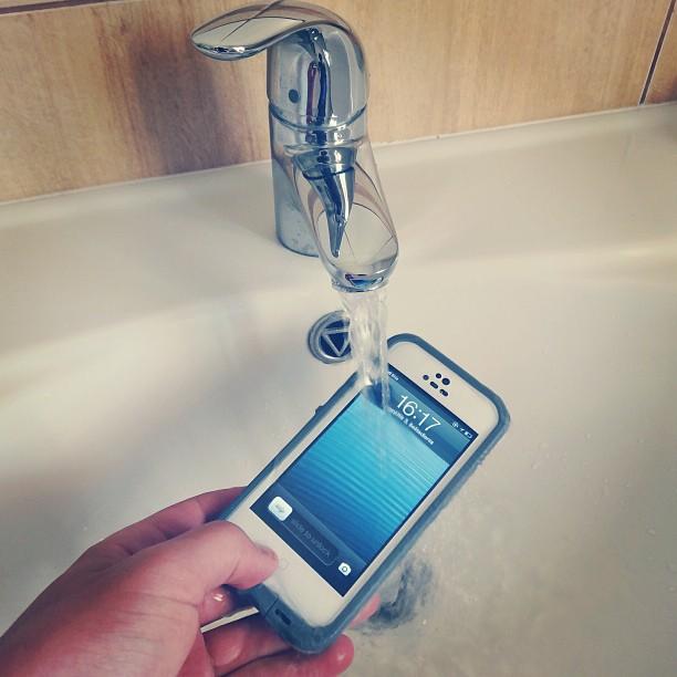 """""""LifeProof"""" dėklas leidžia saugiai jaustis net ir sušlapus """"iPhone"""""""