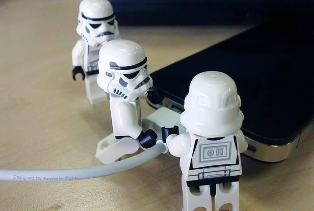 """""""iPhone"""" įkrovimas USB kabeliu"""