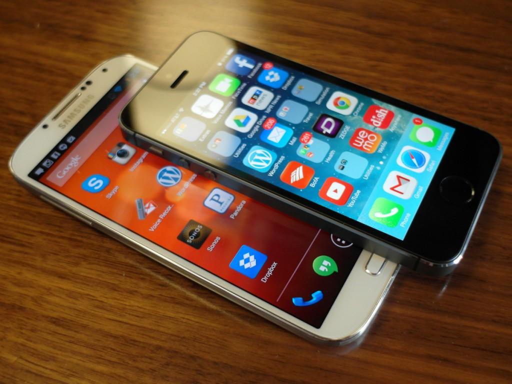 "Išmanieji telefonai ""Galaxy S4"" ir ""iPhone 5S"""