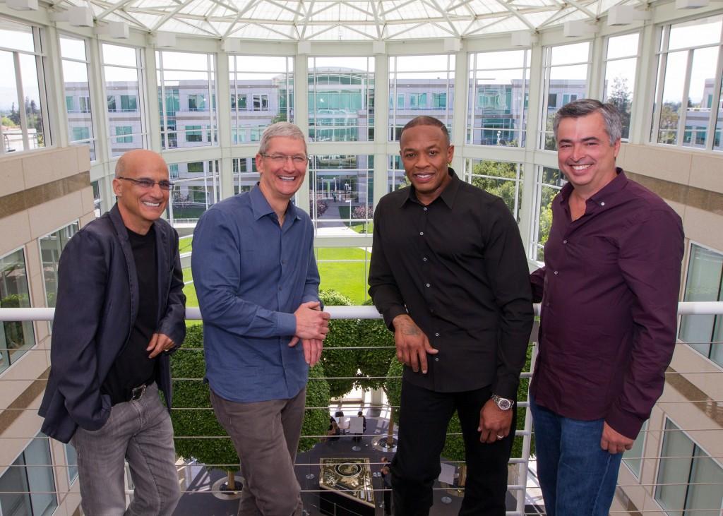 Iš kairės: Jimmy Iovine'as, Timas Cookas, Dr. Dre ir Eddy Cue.