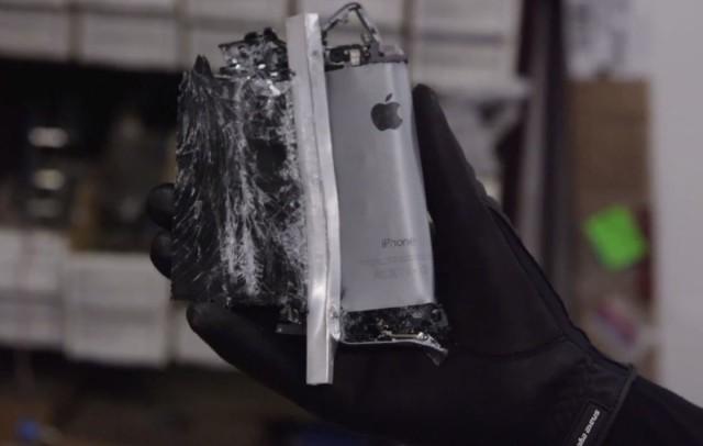 "18 tūkst. kilogramų jėga sutraiško ""iPhone 5S"""