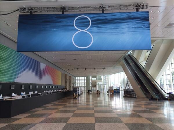 """iOS 8"" reklaminis stendas"