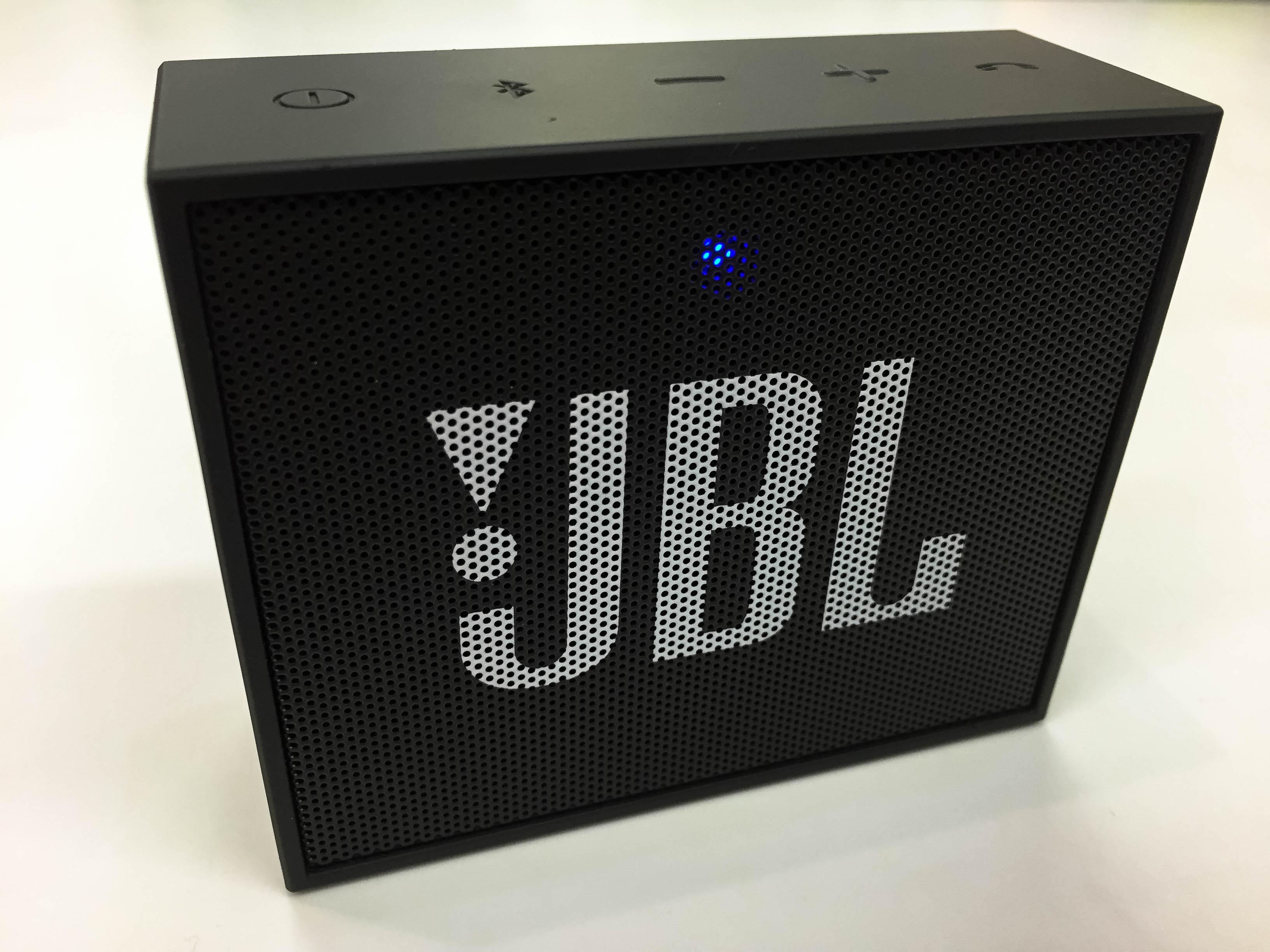 """""""JBL GO"""" kolonėlės priekyje - LED indikatorius"""