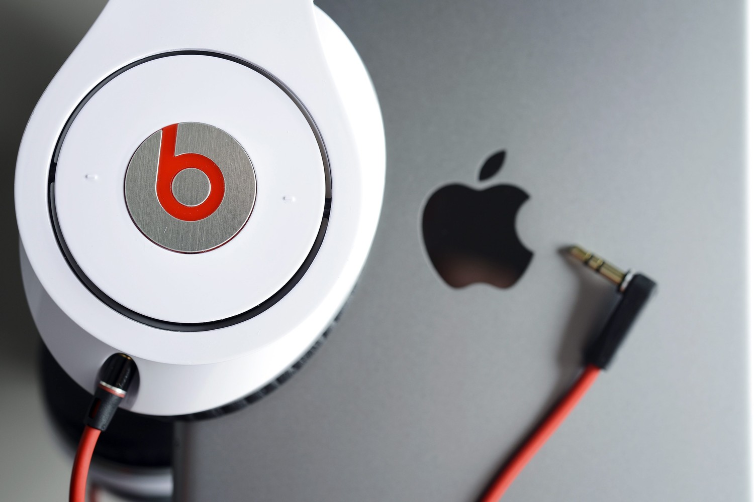 """Apple"" ir ""Beats"""