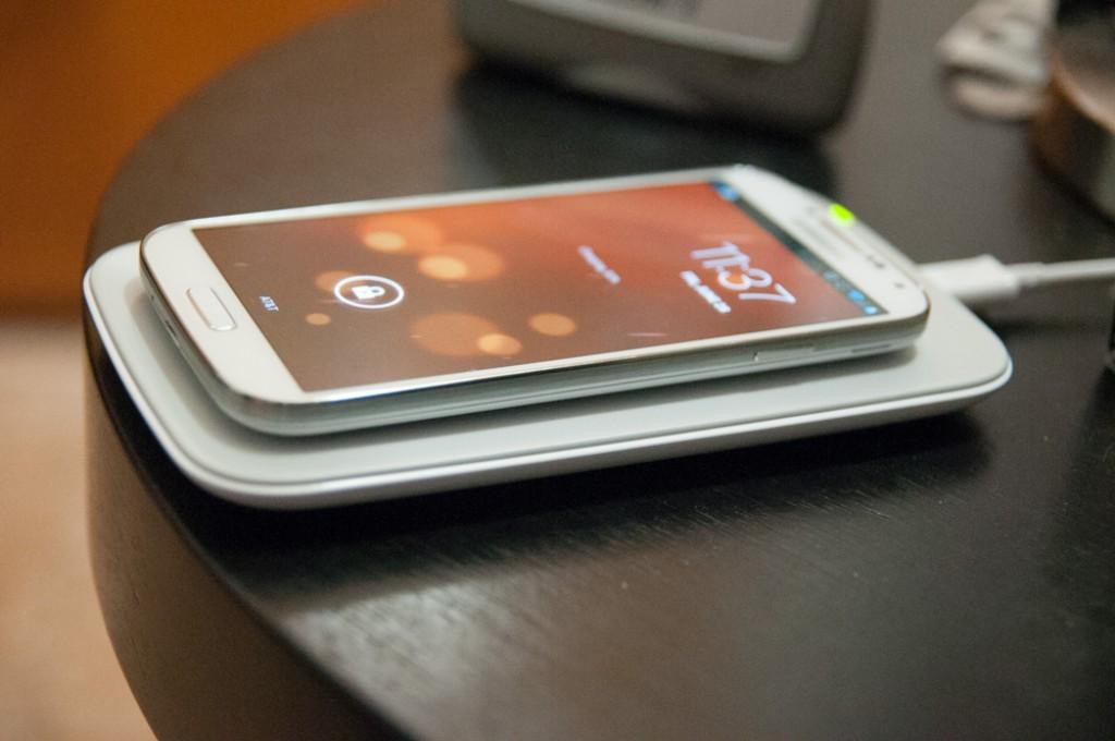 """""""Samasung Galaxy S6"""" bevielis įkrovimas"""